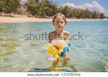 Férfi csomagok gyönyörű türkiz tenger édenkert Stock fotó © galitskaya