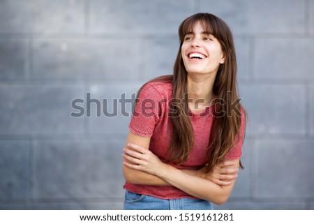 sorridente · morena · mulher · branco · em · pé - foto stock © wavebreak_media