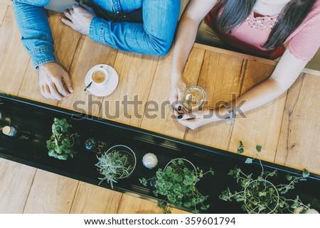 Jeunes amis parler séance table alimentaire Photo stock © wavebreak_media