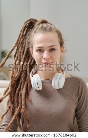Mooie jong meisje hoofdtelefoon nek vergadering kantoor Stockfoto © Traimak