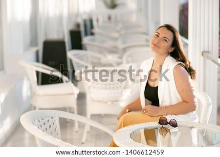 Fettleibig Geschäftsfrau Sitzung Kaffeehaus halten Kaffee Stock foto © ElenaBatkova