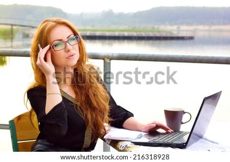портрет сидят счастливым кавказский деловая женщина используя ноутбук Сток-фото © wavebreak_media