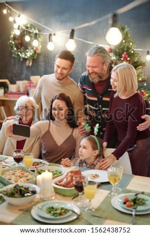 радостный семьи шесть глядя смартфон камеры Сток-фото © pressmaster