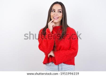 Zamyślony przyjemny patrząc kobiet trykotowy czerwony Zdjęcia stock © vkstudio