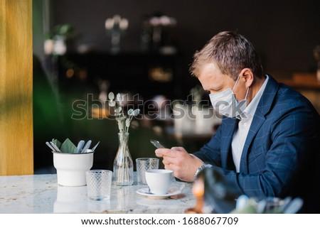 Männlich Unternehmer medizinischen Maske Kaffeehaus Business Stock foto © vkstudio