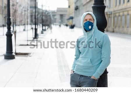 человека улице дыхательный маске город современных Сток-фото © vkstudio
