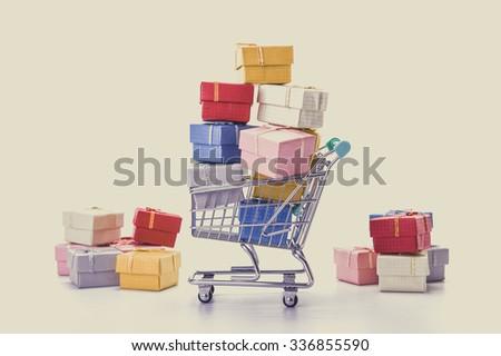 Miniatűr bevásárlókocsi karácsony ajándékok ünnep vásárlás Stock fotó © Maridav