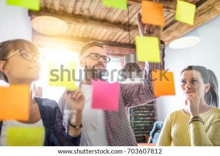 Twórczej grupy ludzi biznesu burza mózgów karteczki pomysł Zdjęcia stock © snowing
