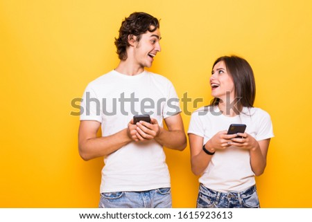 Foto glimlachend kaukasisch vrouw mobieltje koptelefoon Stockfoto © deandrobot