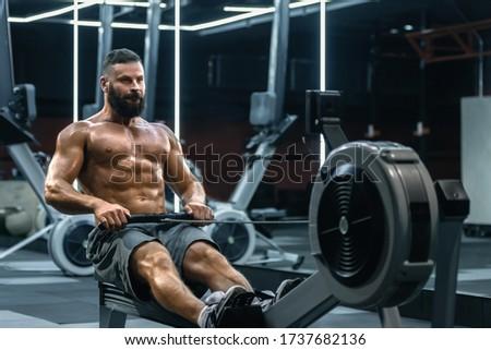 Fitnessz férfi testmozgás test alacsony kábel Stock fotó © Maridav