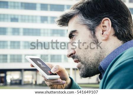 Man stem bericht smartphone stad reizen Stockfoto © dolgachov