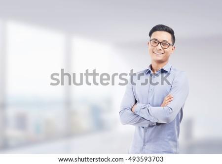 Retrato sonriendo empleado doblado armas blanco Foto stock © wavebreak_media