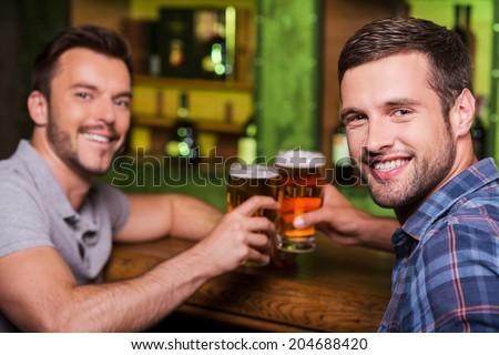 Kettő barátok pirít üveg sör pult Stock fotó © wavebreak_media
