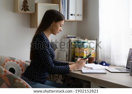 Jong meisje kantoor telefoon gekozen focus meisje Stockfoto © Traimak
