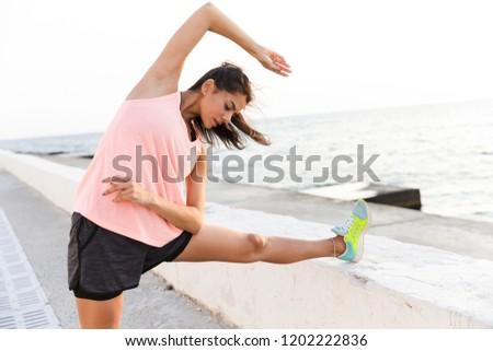 Foto volwassen vrouw 20s trainingspak Stockfoto © deandrobot