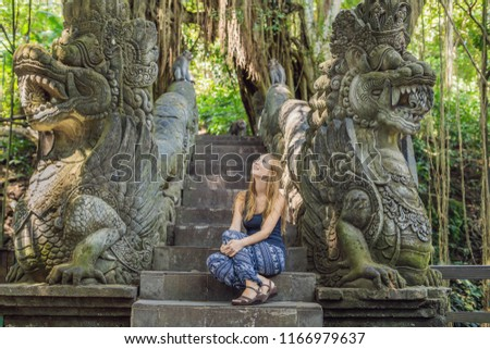 fiatal · nő · turista · majom · erdő · Bali · Indonézia - stock fotó © galitskaya