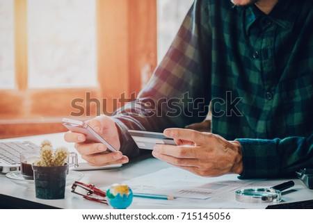 Jeunes consommateur ligne magasin smartphone bancaires Photo stock © pressmaster