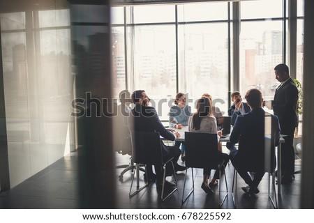zakenlieden · discussie · uitvoerende · team · bespreken · charts - stockfoto © Freedomz