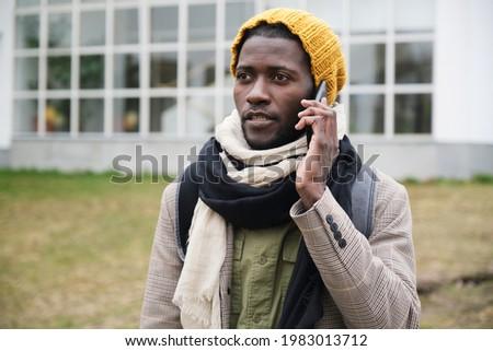 Elöl kilátás fiatalember másfelé néz mobiltelefon tengerpart Stock fotó © wavebreak_media