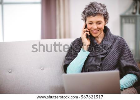 Rijpe vrouw praten mobiele telefoon veranda Stockfoto © wavebreak_media