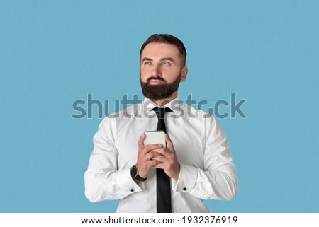 férfi · okostelefon · ágy · portré · boldog · otthon - stock fotó © pressmaster