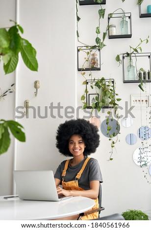 Mooie jonge vrouw winkelen online laptop gezellig Stockfoto © dashapetrenko