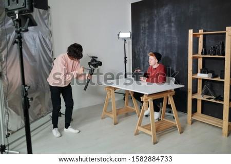 Młodych operatora kamery blogger czarny Zdjęcia stock © pressmaster