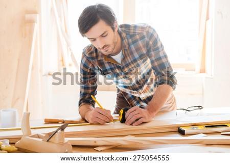 Dorosły stolarz drewna władcy tabeli Zdjęcia stock © Lopolo
