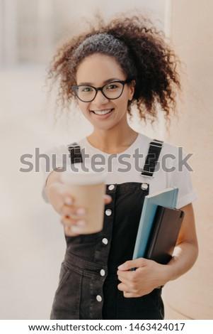 Pionowy shot dość kobiet włosy kawy Zdjęcia stock © vkstudio