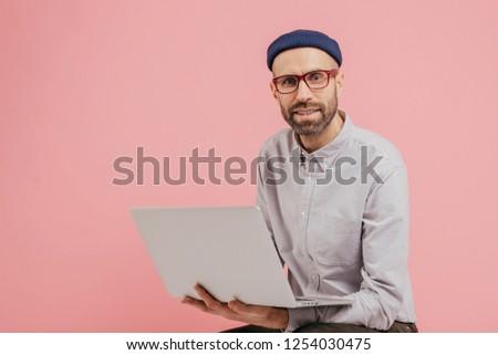 Homme blogger profile réseaux sociaux multimédia fichiers Photo stock © vkstudio