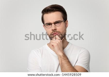 Shot aantrekkelijk nadenkend man kin elegante Stockfoto © vkstudio