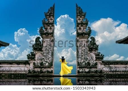 Genç kadın ayakta tapınak bali Endonezya bağbozumu Stok fotoğraf © galitskaya