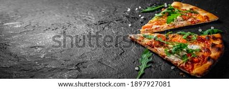 Lezzetli ev yapımı deniz ürünleri pizza somon bahçe Stok fotoğraf © karandaev