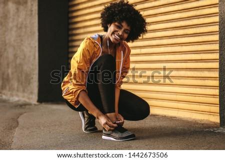 Obraz kobieta fitness odzież sportowa włosy fitness brunetka Zdjęcia stock © deandrobot