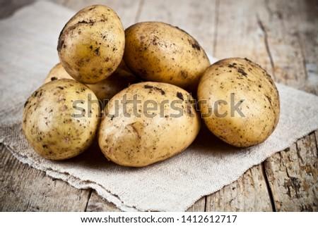 Recién sucia patatas rústico Foto stock © marylooo