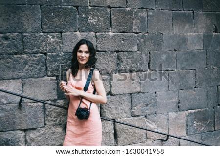 Foto satisfeito mulher olhando câmera Foto stock © deandrobot