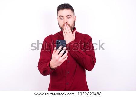 homem · de · negócios · leitura · sms · celular · bonito · feliz - foto stock © wavebreak_media