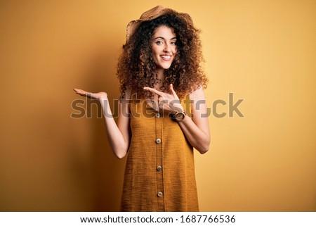 Piękna brunetka patrząc kamery strój kąpielowy Zdjęcia stock © wavebreak_media