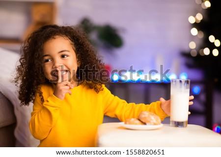 Święty · mikołaj · posiedzenia · tabeli · patrząc · kamery · odizolowany - zdjęcia stock © hasloo