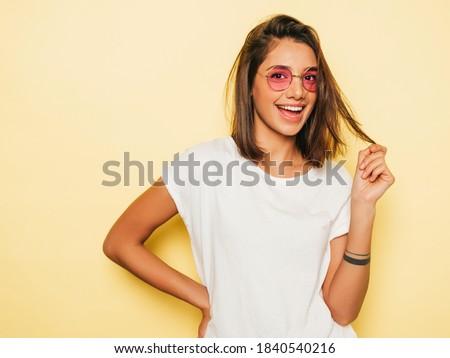 Piękna młodych brunetka szorty dżinsy shirt Zdjęcia stock © Nejron