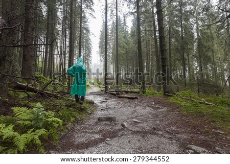 Fiatal természetjáró visel zöld esőkabát sétál Stock fotó © 5xinc