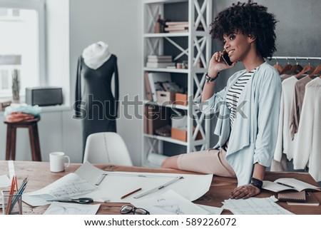 女性 · ファッション · デザイナー · ノートパソコン · 携帯電話 · 肖像 - ストックフォト © wavebreak_media