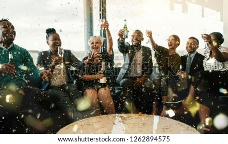 Imprenditori celebrare successo vetro champagne cadere Foto d'archivio © pikepicture