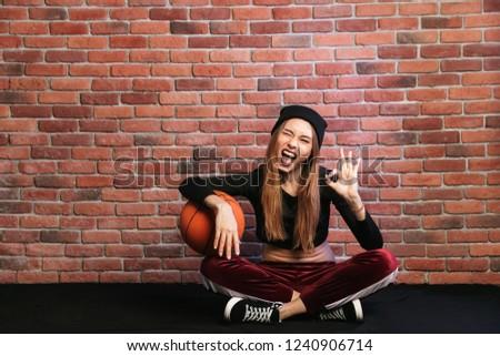 Fotografia zachwycony dziewczyna 20s posiedzenia piętrze Zdjęcia stock © deandrobot
