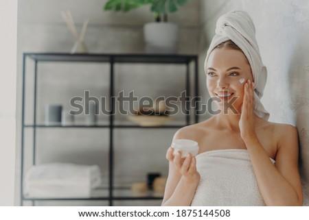 piękna · młoda · kobieta · kąpieli · ręcznik · stałego · łazienka - zdjęcia stock © deandrobot