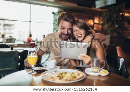 mutlu · yeme · pizza · oturma · birlikte - stok fotoğraf © boggy