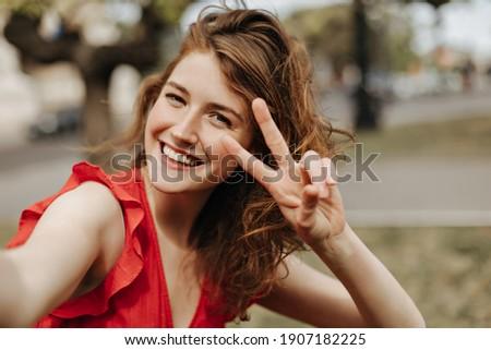 Genç şık kadın kahverengi kıvırcık saçlı Stok fotoğraf © pressmaster