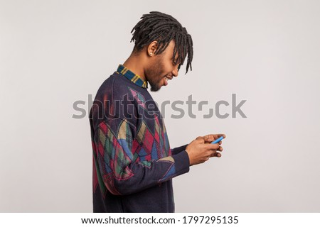 Obraz zadowolony człowiek smartphone Zdjęcia stock © deandrobot