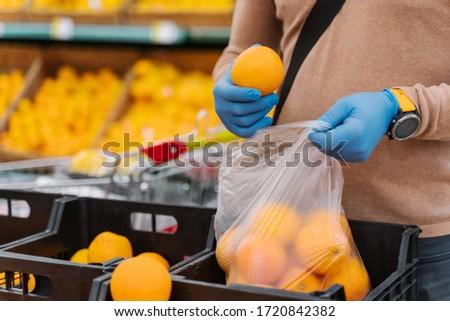 Hombre comprador frescos naranjas coronavirus Foto stock © vkstudio
