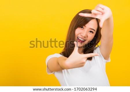 Kép fiatal barna hajú ázsiai nő gesztikulál Stock fotó © deandrobot